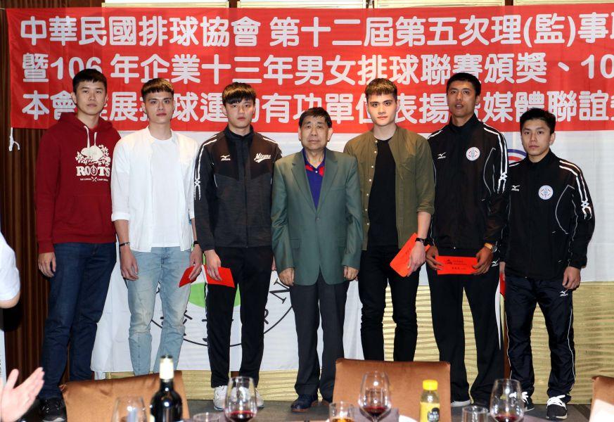 企業13年排球聯賽男子組最佳球員頒獎。林嘉欣/攝影。