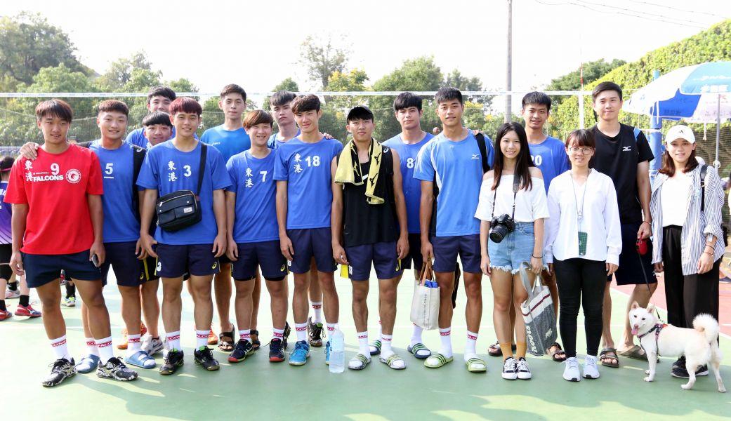 黃鈞璟(後排右二)永信杯披東港兄弟體育戰袍。林嘉欣/攝影。