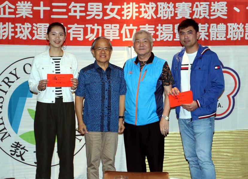 企業13年排球聯賽得分后陳姿雅(左)和得分王黃世豪(右)。林嘉欣/攝影。