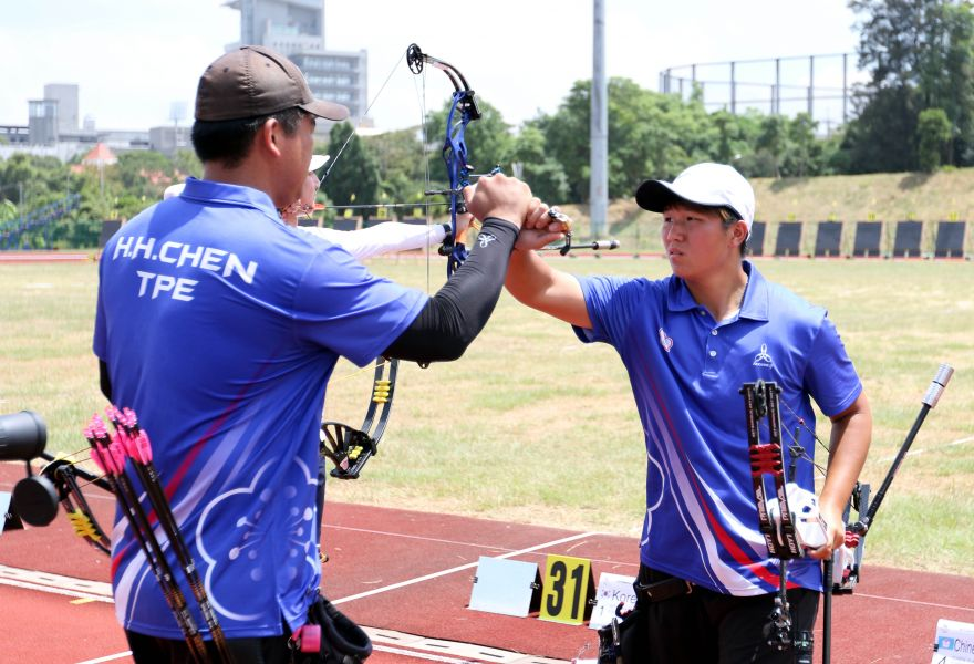 中華隊陳享宣(左)/陳怡瑄射進複合弓混雙銅牌戰。世大運組委會/提供。