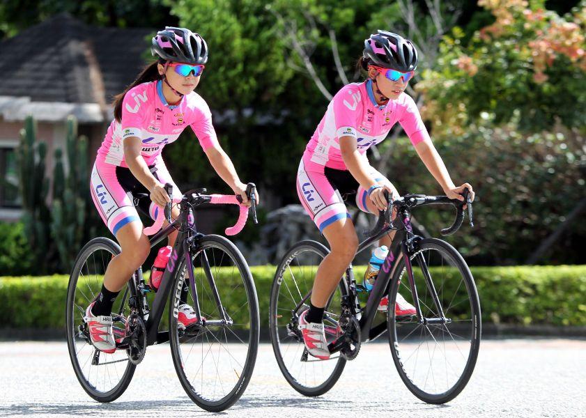Liv宜蘭女子隊葉羽霜(右)和陳姿吟參加2017臺灣自行車登山王挑戰。中華民國自行車騎士協會/提供。