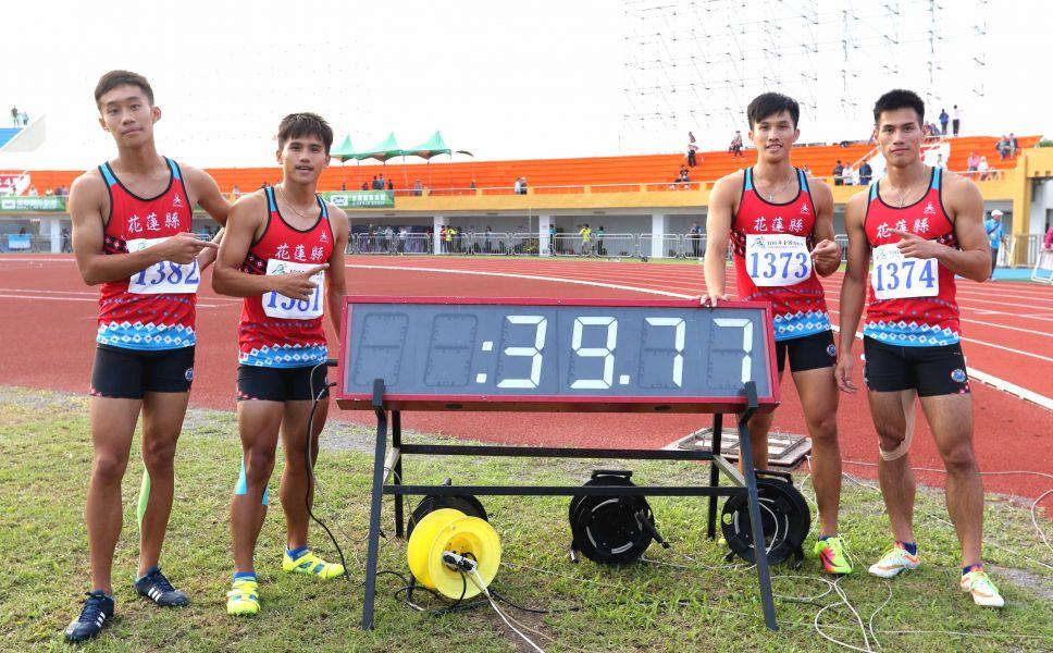 楊俊瀚(右)和岳劉皓全、魏泰陞、劉兆軒聯手,以39秒76二 度破大會紀錄,笑納男子400公尺接力金牌。林嘉欣/攝影。
