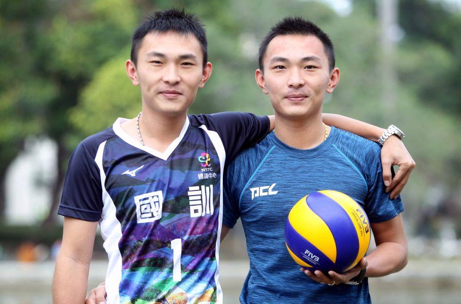 楊奇翰(左)被選進國訓12人名單,哥哥楊奇諺要他關鍵時刻千萬不要剉手!林嘉欣/攝影。