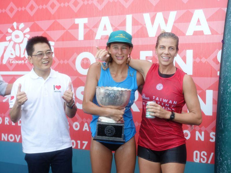 台東縣長黃健庭(左)為女子長板冠亞軍頒獎。