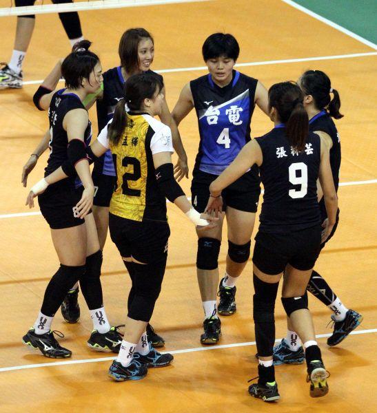 台電女排球員互相打氣。林嘉欣/攝影。