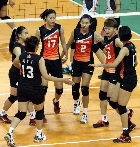 中國人纖隊比賽中互相打氣。林嘉欣/攝影。