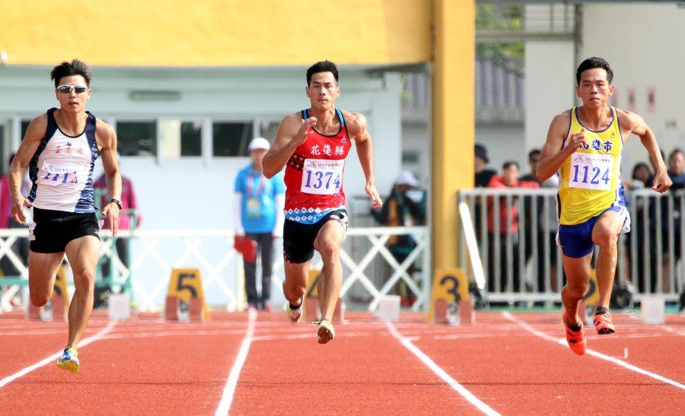 楊俊瀚(中)在全運100公尺連霸。林嘉欣/攝影。