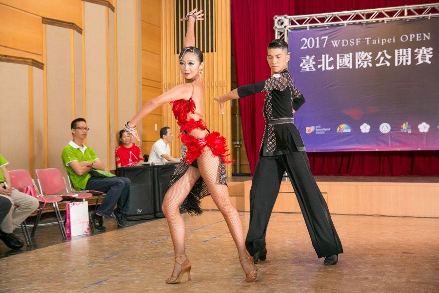 林詠鉦(右)莊雅晴拉丁舞熱力十足/中華民國體育運動舞蹈總會提供