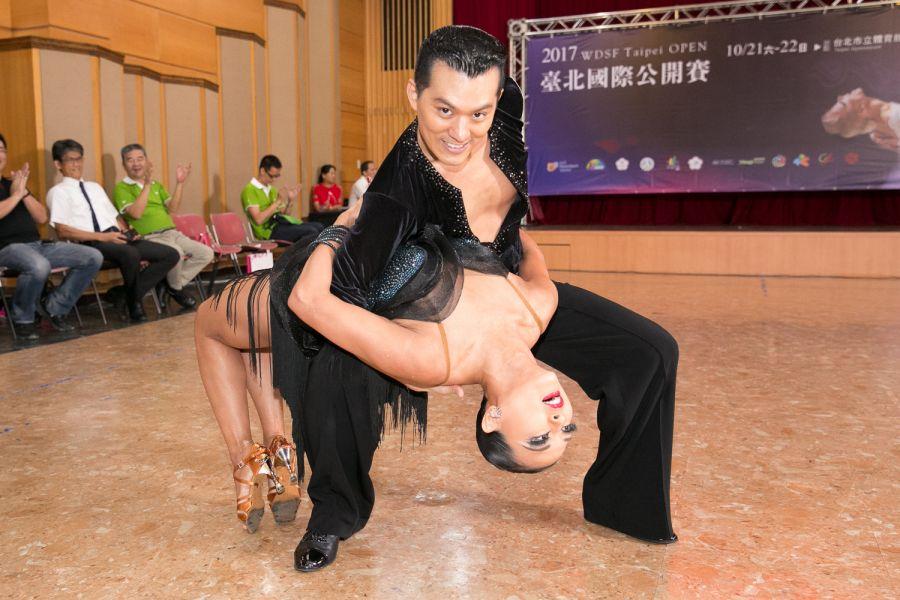 中華舞總秘書長彭彥鳴(後)與搭檔紀杏錡寶刀未老,熱力十足的拉丁舞吸引全場目光/中華民國體育運動舞蹈總會提供