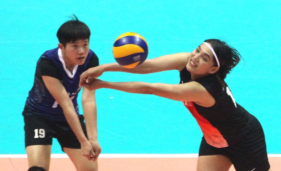 中國人纖吳韋華(右)奮力救球。林嘉欣/攝影。