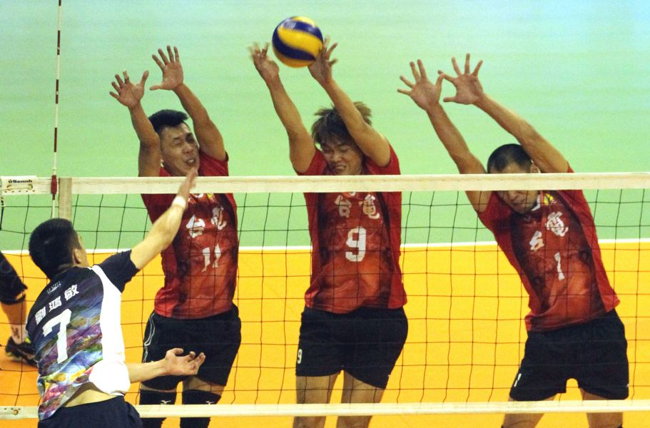 台電三人聯防擋下劉鴻敏的球。林嘉欣/攝影。