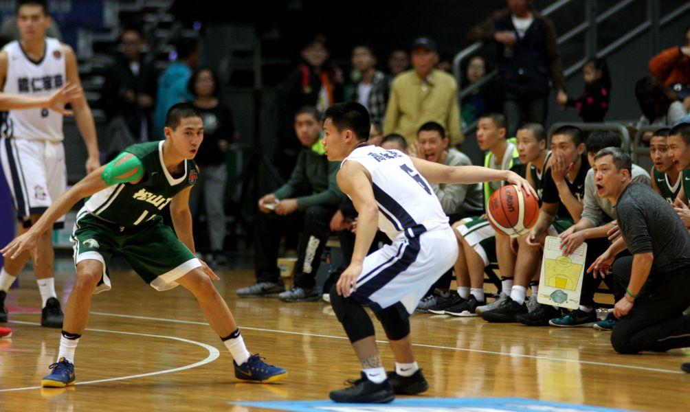 18歲壽星高承恩面對松山楊承翰的防守小秀背後運球。