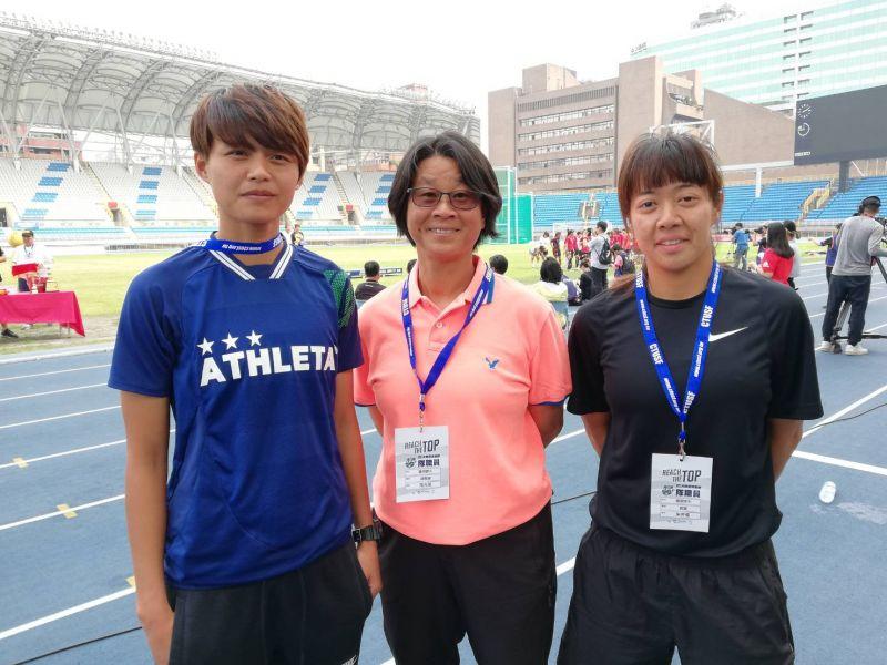 兩國腳朱芳儀(右1)、林雅涵(左1)不辭辛苦幫師大奪冠。大專體總提供