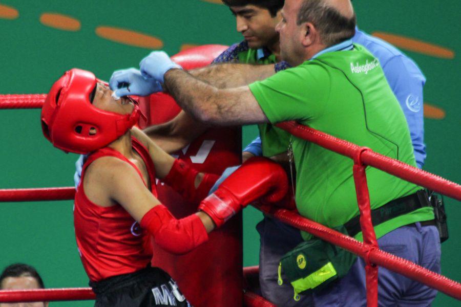 中華隊女子-54公斤級泰拳選手洪巧恩遭土庫曼選手重擊,臉部。圖/體記協會提供