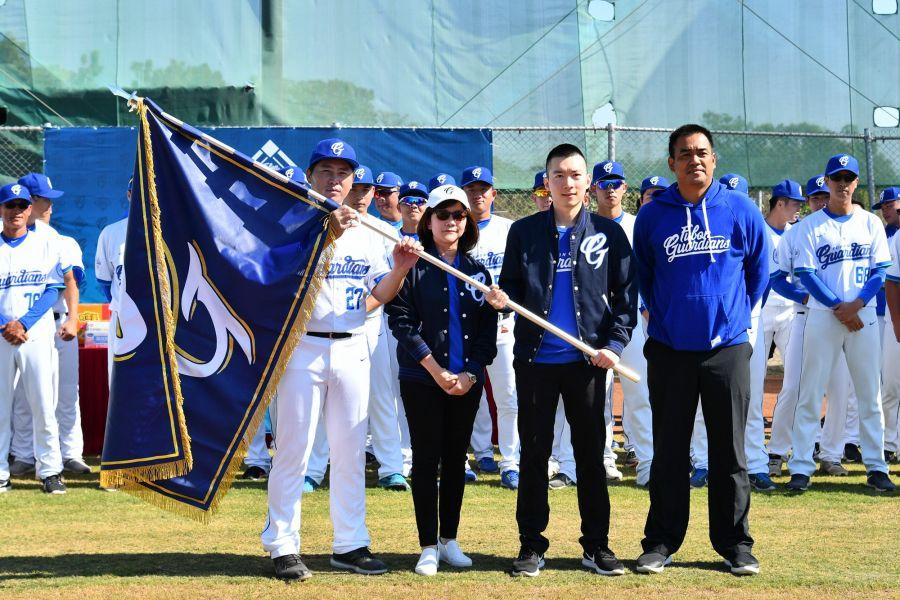 「旌旗飛揚」儀式由蔡承儒領隊授旗給予葉君璋總教練。圖/富邦悍將提供