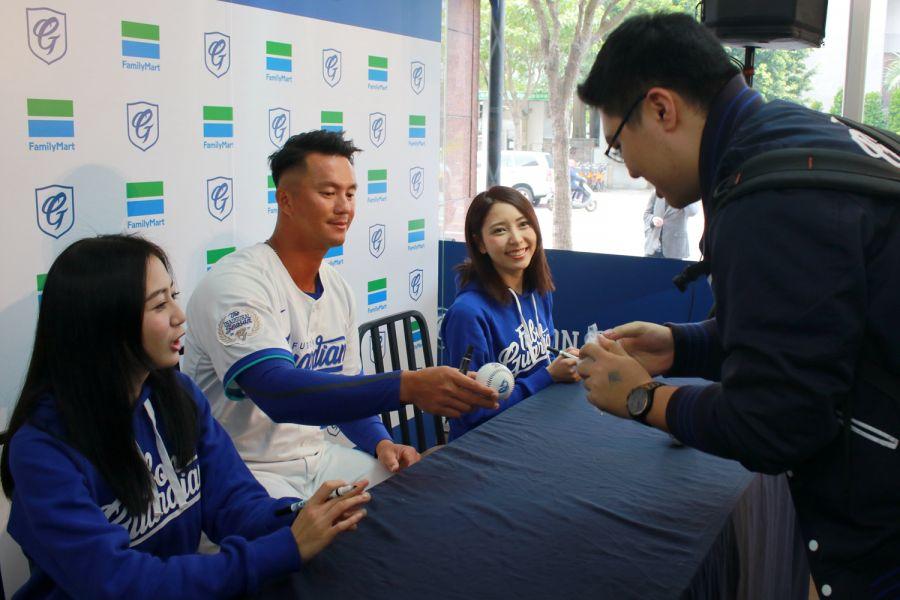 記者會後由高國輝、潔米及慈妹為球迷朋友簽名。圖/富邦悍將提供