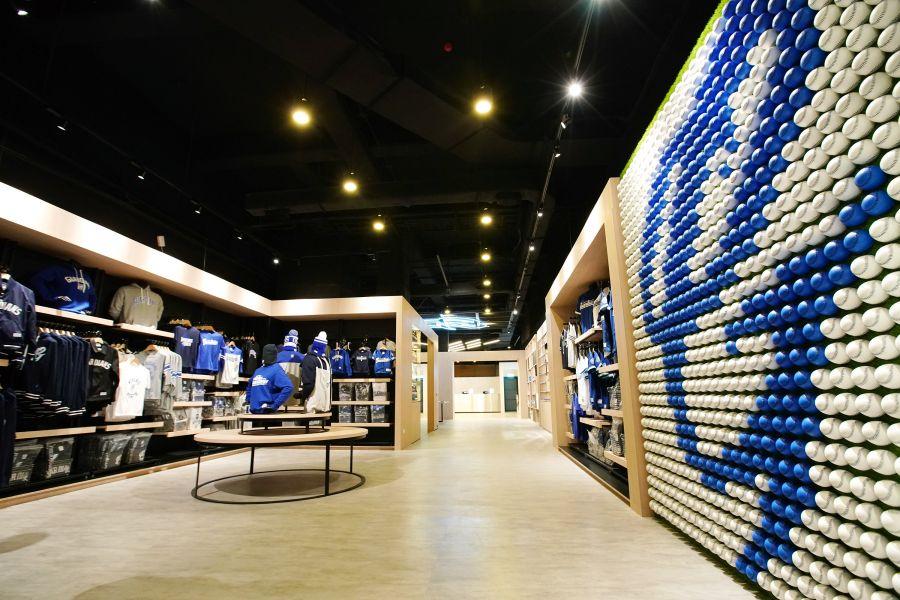 富邦悍將商品旗艦店Gstore入口即為由1400顆棒球組成的巨型球牆。圖/富邦悍將提供