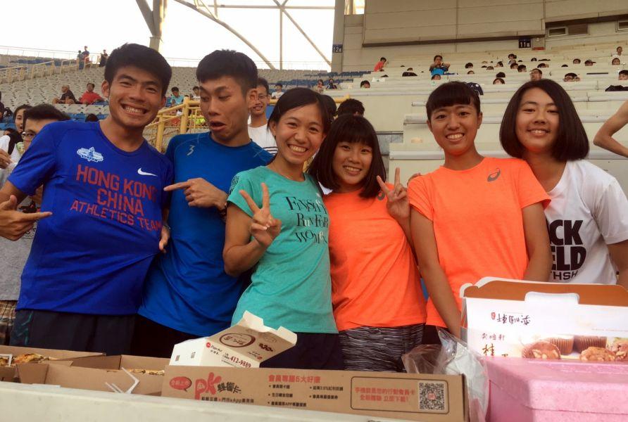 長跑好手陳秉豐(左二)、張芷瑄(左三)及香港選手余顯華(左一)也來湊熱鬧。簡省豪/提供。