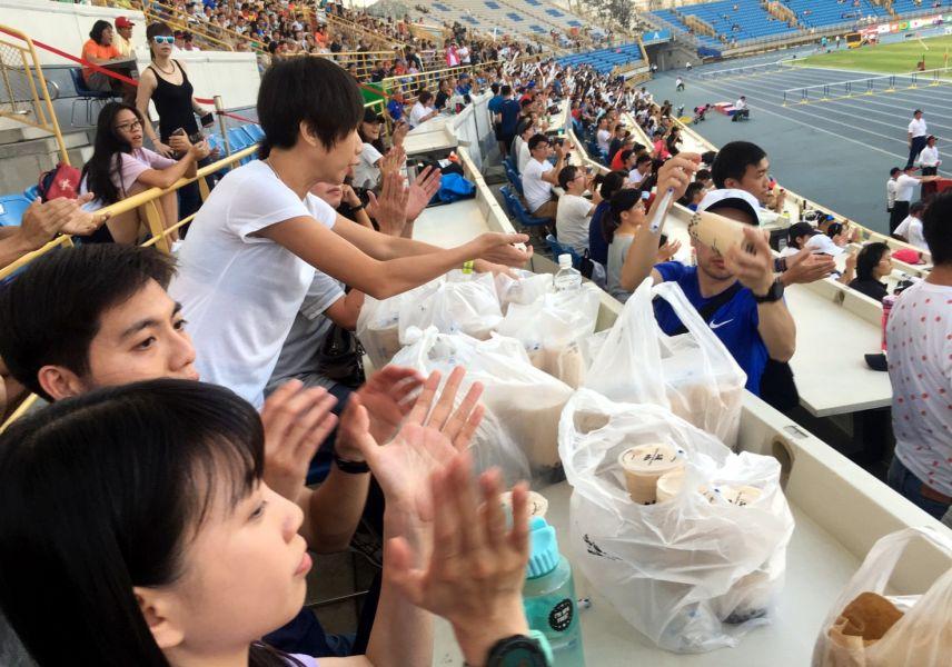 洪國智老師請的50杯珍珠奶茶很快就快掃光。簡省豪/提供。