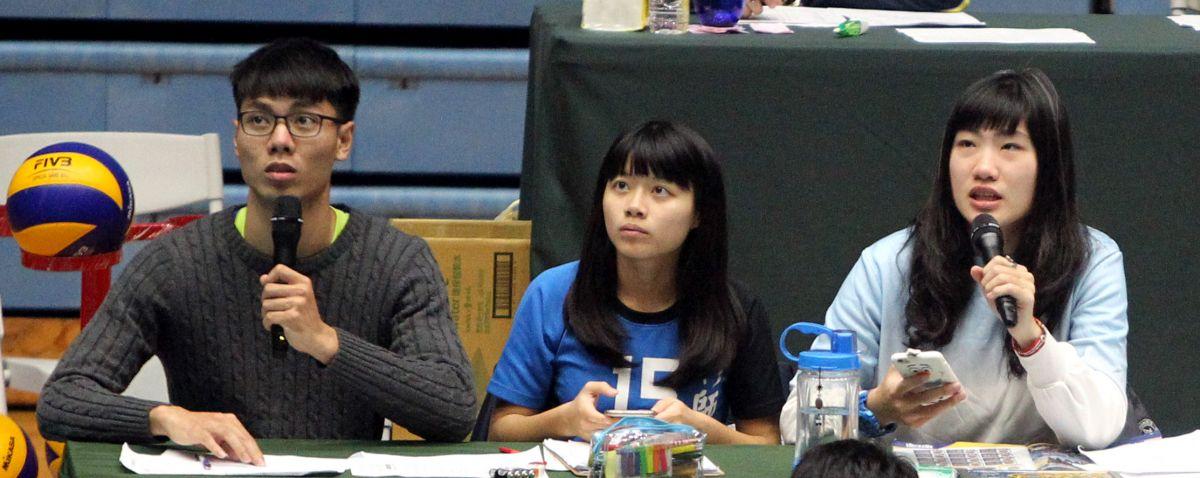 畢佳媛(右)企排播報員處女秀,緊張到滿身汗。林嘉欣/攝影。