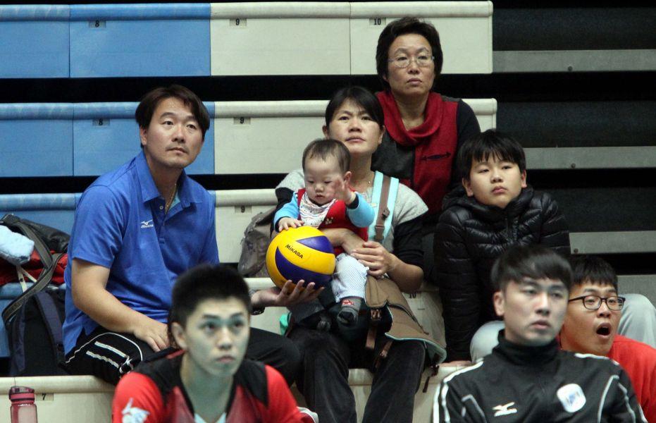 莊世賢(左)的小兒子才九個月大就對排球很有興趣,大兒子子霆(右)已在打排球。林嘉欣/攝影。
