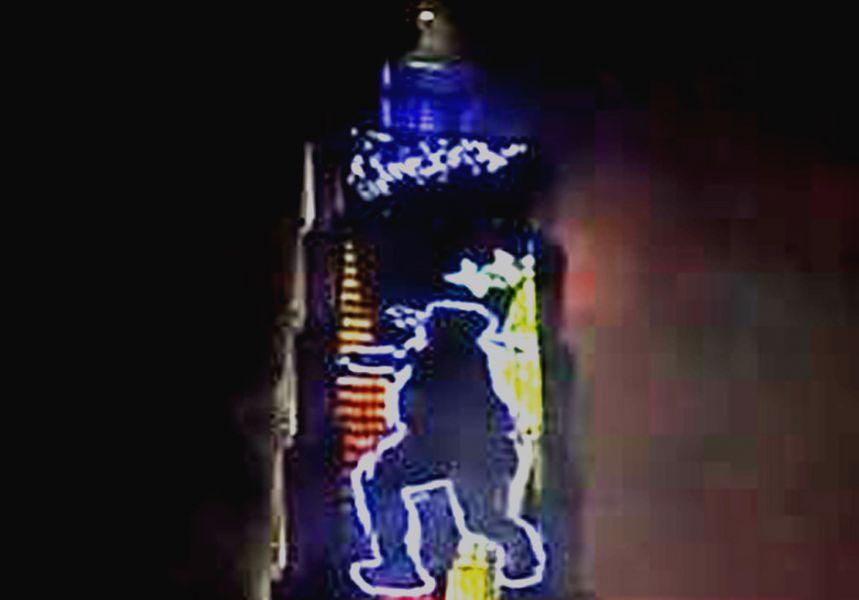 鄭兆村擲標槍的英姿剪影上了101跨年煙火秀。截取自電視畫面。