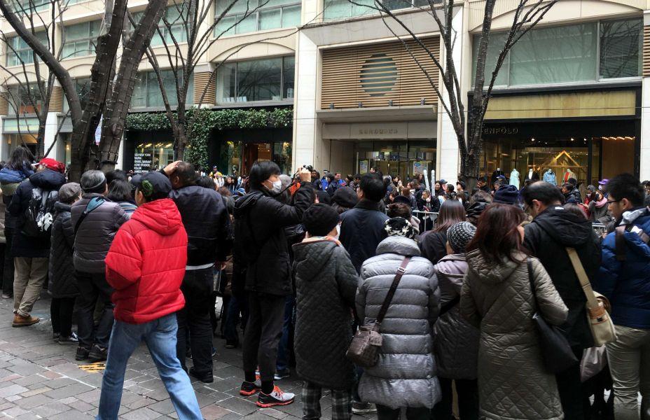 民眾熱情地為參加東京馬拉松賽的選手們加油。簡省豪/提供。