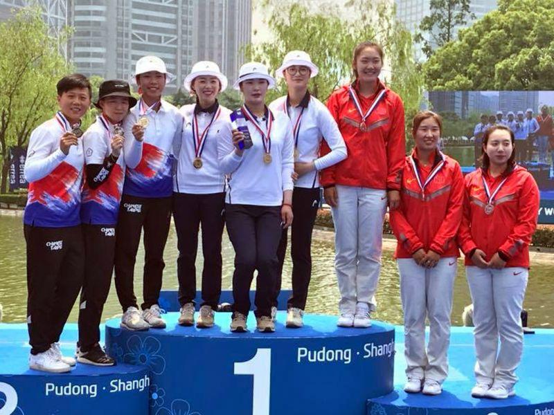 中華隊(左)在世界盃射箭賽第一站奪得女子反曲弓團體賽銀牌。射箭協會/提供。