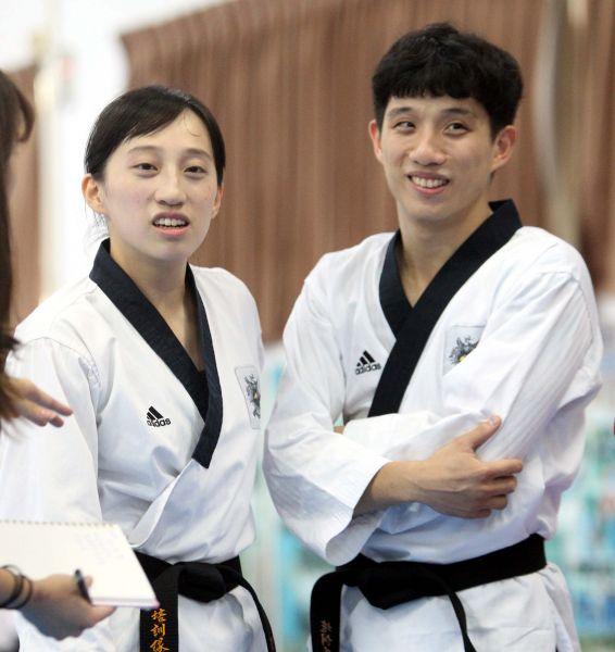 李晟綱(右)的姐姐李映萱也是品勢高手。林嘉欣/攝影。