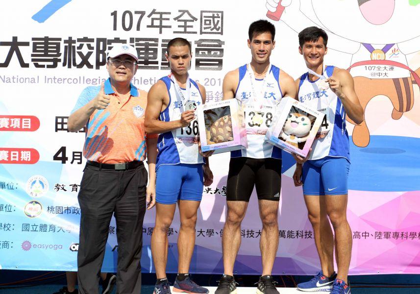 公開男子組200公尺決賽前三名台灣體大楊俊瀚(右二)、葉守博(左二)、王偉旭(右)。林嘉欣/攝影。