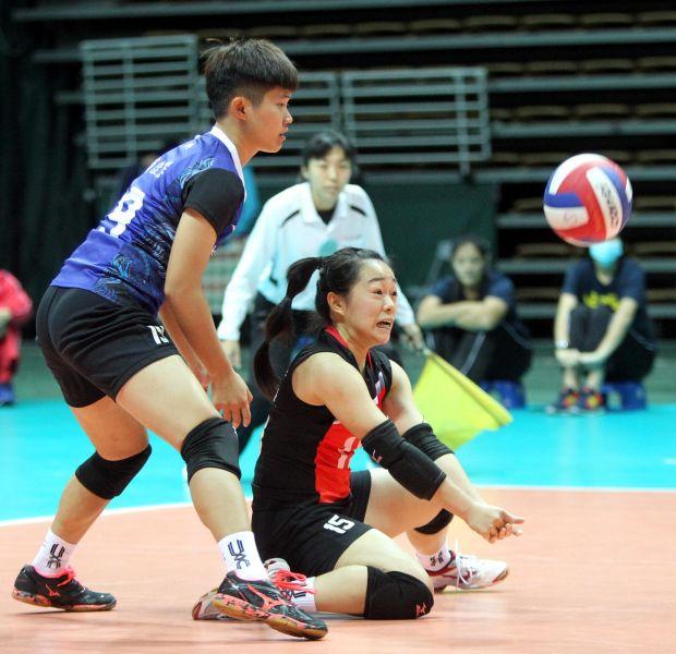 中纖賴湘程奮力將球救起。林嘉欣/攝影。