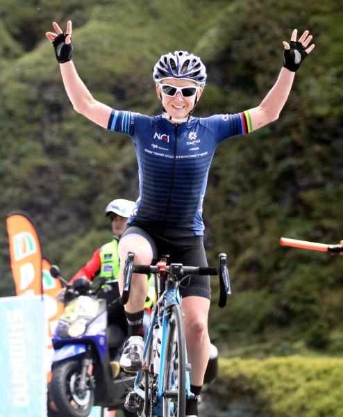 2017臺灣自行車登山王挑戰衛冕女子組后座的艾瑪普莉。中華民國自行車騎士協會/提供。