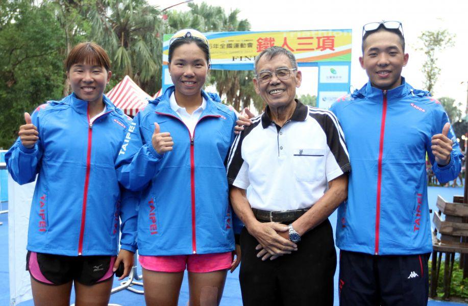 401楊天放(右二)和張家班三姐弟。中華民國鐵人三項協會/提供。