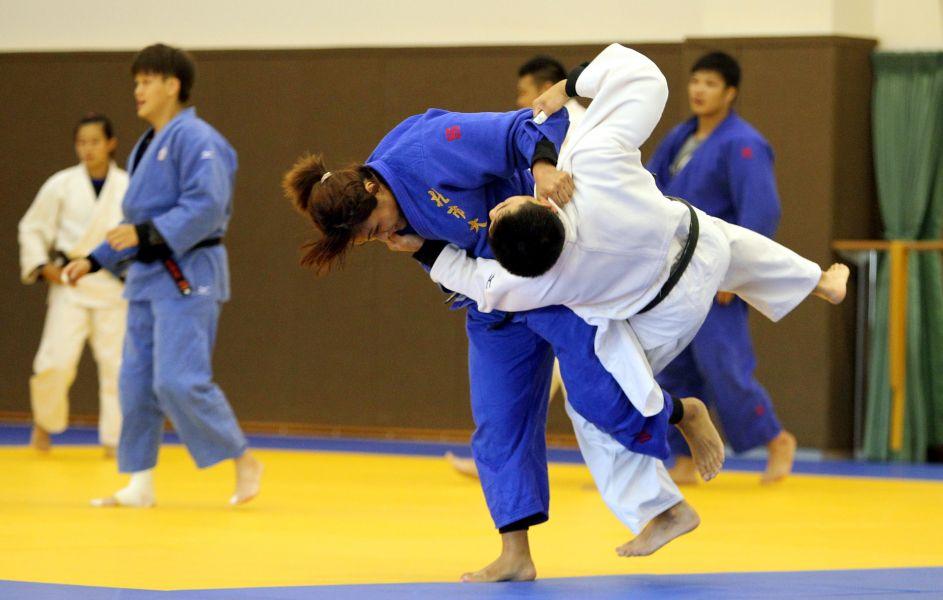 中華女子柔道好手孫佩妤和男生對練。林嘉欣/攝影。