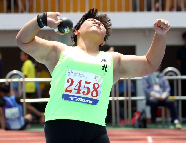 郭姵妤奮力一擲以15.15再破高女鉛球大會紀錄,躍居歷年第六傑。林嘉欣/攝影。