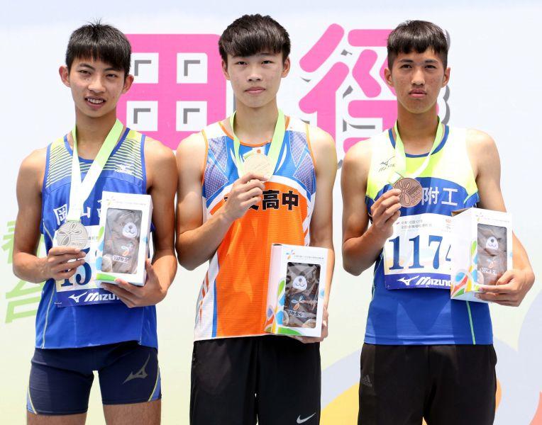 高男跳遠前三名文華佑(中)、林昱堂(左)和樓元戎。林嘉欣/攝影。