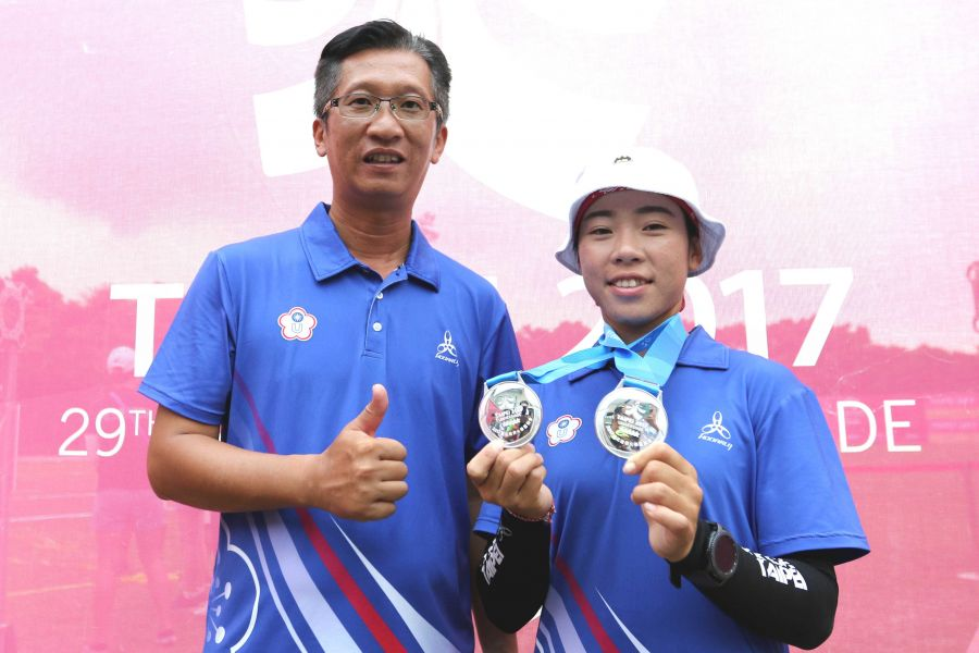 中華隊教練倪大智(左)和奪得面銀牌的譚雅婷。林嘉欣/攝影。