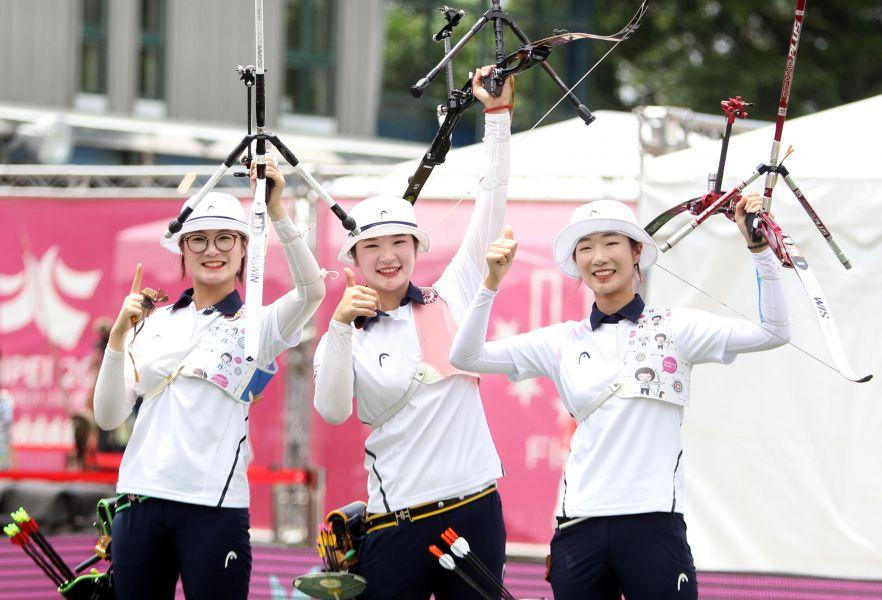 奪得女子反曲弓團體賽冠軍的南韓隊,陣中崔美善(右)在世大運射破世界紀錄。林嘉欣/攝影。