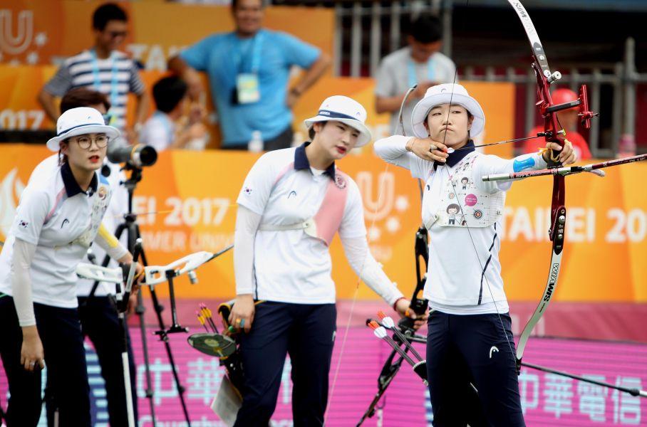 南韓隊在女子反曲弓金牌戰加射時,連射三支十分箭奪走冠軍。林嘉欣/攝影。