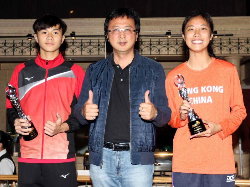 U16單籃賽MVP中華隊陳佑新(左)和香港林穎嘉(右)。林嘉欣/攝影。