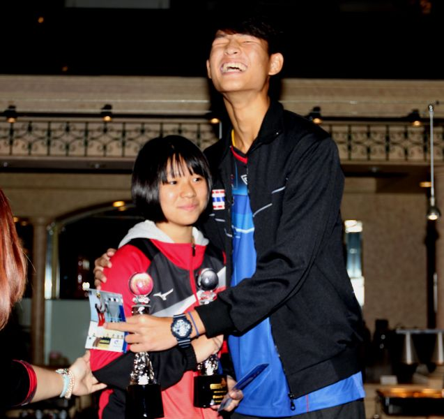 U16雙籃賽MVP泰國派查萊俳(右)和中華隊蔡佩均被大家拱著要抱一下。林嘉欣/攝影。