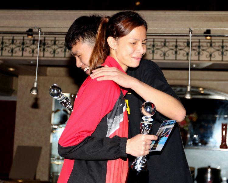 U19單籃賽MVP中國曹立天和中華隊朱亞妮。林嘉欣/攝影。