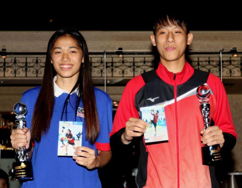 U19雙籃賽MVP中華隊林聖傑(右)和馬來西亞胡雪茔。