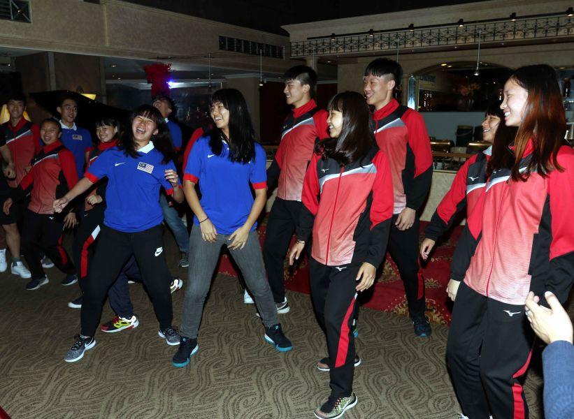 中華合球隊在頒獎晚宴上帶動唱跳,將氣氛炒得超嗨。林嘉欣/攝影。