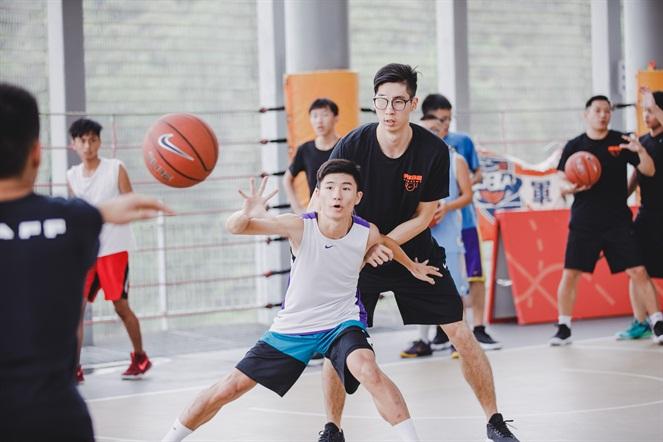 中華男籃代表隊的球員陳冠全及范士恩擔任此次RISE ACADEMY助理教練,消費者在他們帶領下實際進行攻守練習。NIKE提供