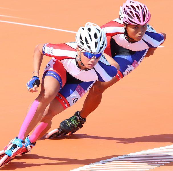 臺北世大運女子滑輪溜冰10000公尺計分淘汰賽楊合貞(左)、李孟竹分別獲得金、銀牌。台北世大運組委會提供