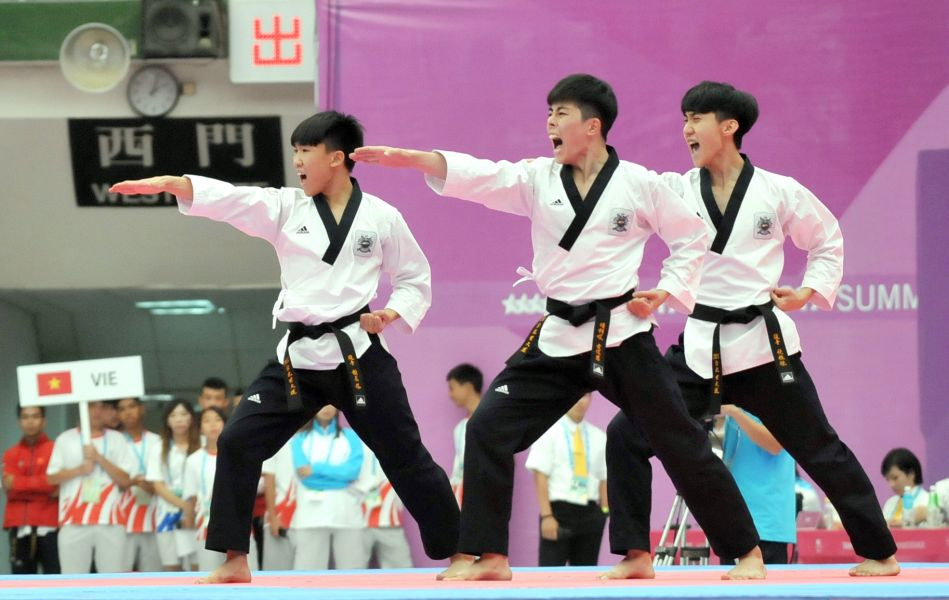 男子團體品勢,中華隊張惟傑(前)、謝名揚(左)及黃佳蓉獲得銀牌。台北世大運組委會提供