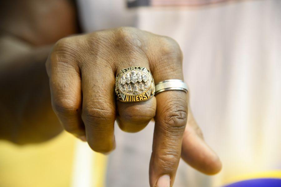 美國前NFL球員Darin_Jordan秀出1994年超級盃冠軍戒。圖/2017世大運組委會提供