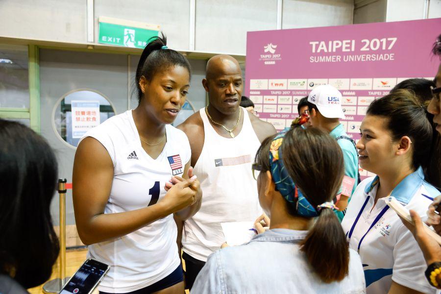 美國女排選手Jenelle_Jordan(左)與父親Darin_Jordan一起接受記者訪問。圖/2017世大運組委會提供