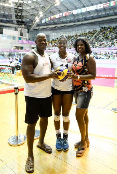 美國女排球員Jenelle_Andrea(中)與父母合照。圖/2017世大運組委會提供
